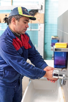 Tenue de travail, douche et nettoyages des mains sont des étapes obligatoires pour accéder à la taurellerie.