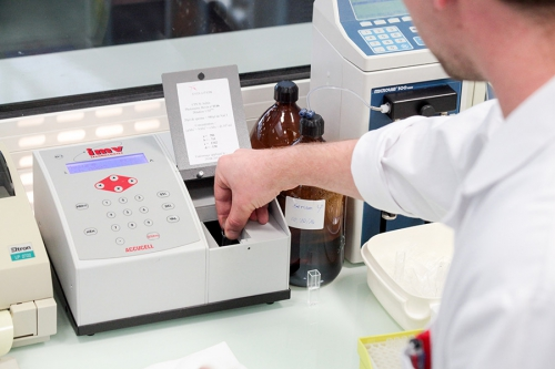 La qualité de la semence est tout d'abord testée. On détermine la concentration en spermatozoïdes de la semence grâce à un spectrophotomètre.