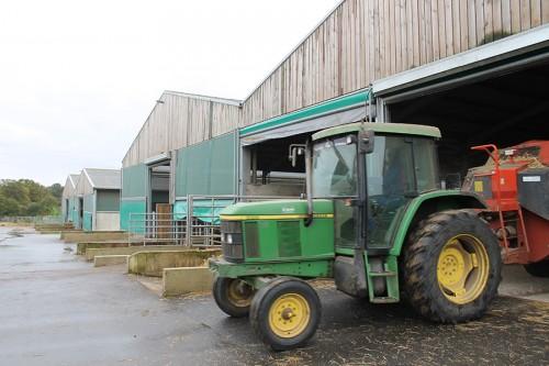 1 hectare de bâtiments couverts, près de 170 boxes, infirmerie, bâtiment de fourage, ateliers...